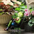 YONGMEI Solar Garden Statue Waterproof Garden Ornament Frog Rocking Chair Decoration, Frog Garden Statue, Outdoor Solar Frog Ornaments, Resin Ornament for Yard Lawn Home or Garden Decoration