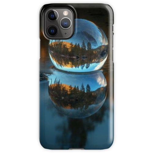 Lichtbrechung und Reflexion Treffen Castle Lake in einer Kristallkugel Lens iPhone 11 Pro Handyhülle