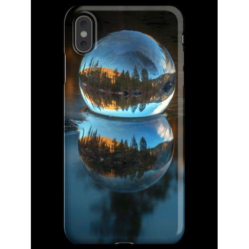 Lichtbrechung und Reflexion Treffen Castle Lake in einer Kristallkugel Lens iPhone XS Max Handyhülle