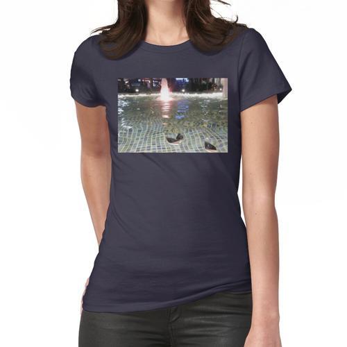 Papierschiffe in einem Brunnen Frauen T-Shirt